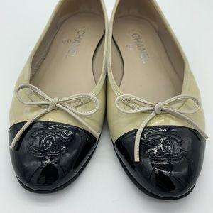 Chanel beige/black leather ballerina flats